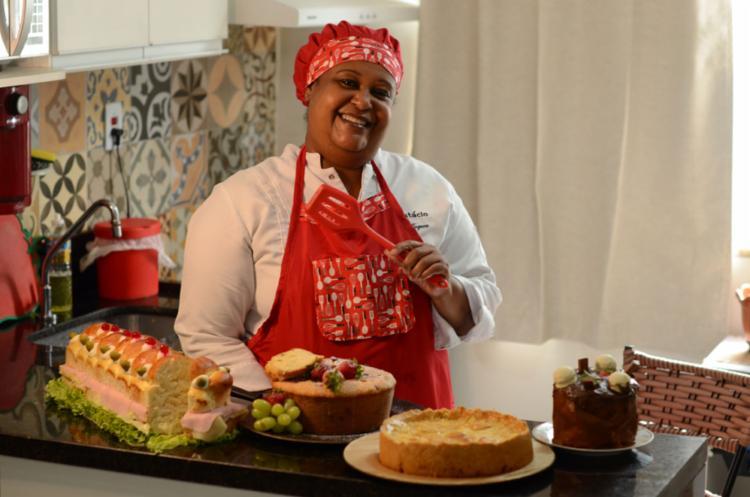 Soraia, da Koques, faz combos de bolos e tortas | Foto: Alex Oliveira | Ag. A TARDE