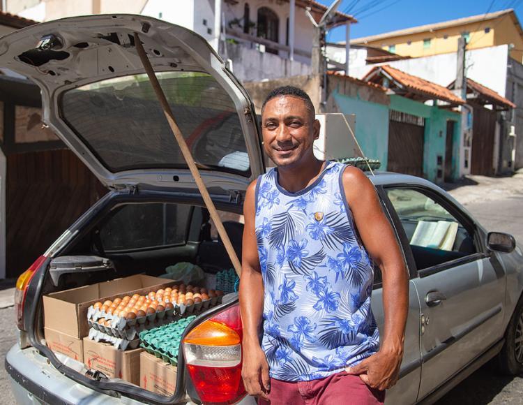 Comerciante Flávio Antônio vai até Itapuã para vender ovos e outras mercadorias