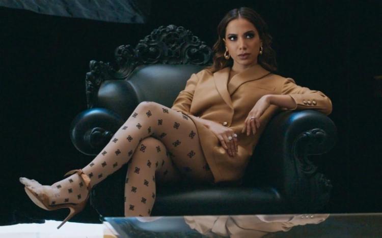 Ela aparece no quinto episódio e, segundo mostrado na série, ela teria invadido a casa da cantora   Foto: Divulgação - Foto: Divulgação