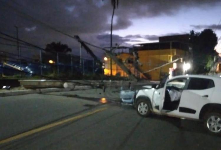 Impacto da batida derrubou dois postes   Foto: Divulgação   Transalvador - Foto: Divulgação   Transalvador