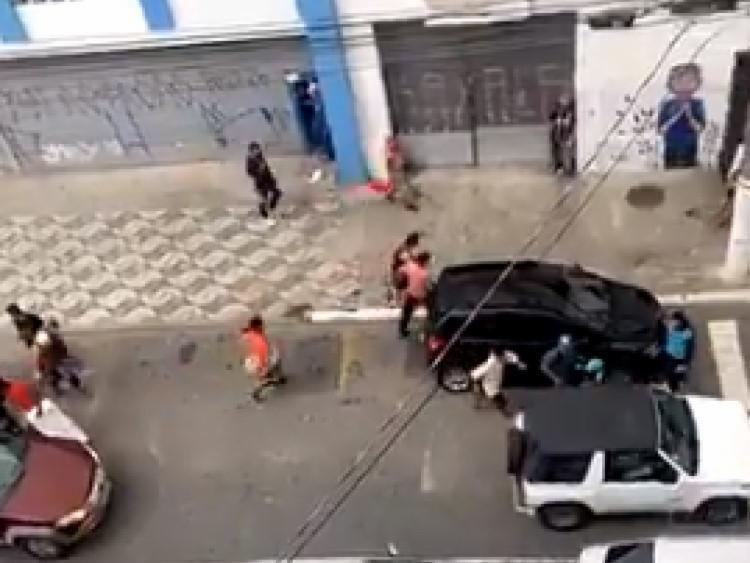 Cena foi gravada em vídeo por moradores e populares   Foto: Reprodução   Twitter - Foto: Reprodução   Twitter