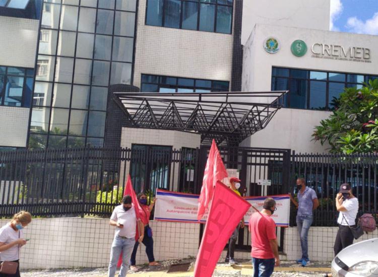 Servidores realizam paralisação de 3h em frente a sede do Cremeb   Foto: Divulgação   Sinsercon-BA - Foto: Divulgação   Sinsercon-BA