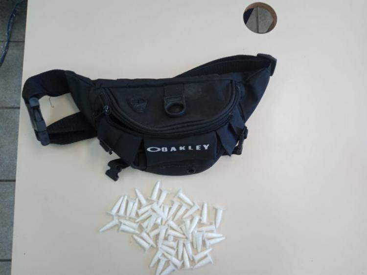 Ele foi encontrado na Rua São Pedro, com 49 pinos de cocaína dentro de uma pochete   Foto: Divulgação   SSP - Foto: Divulgação   SSP