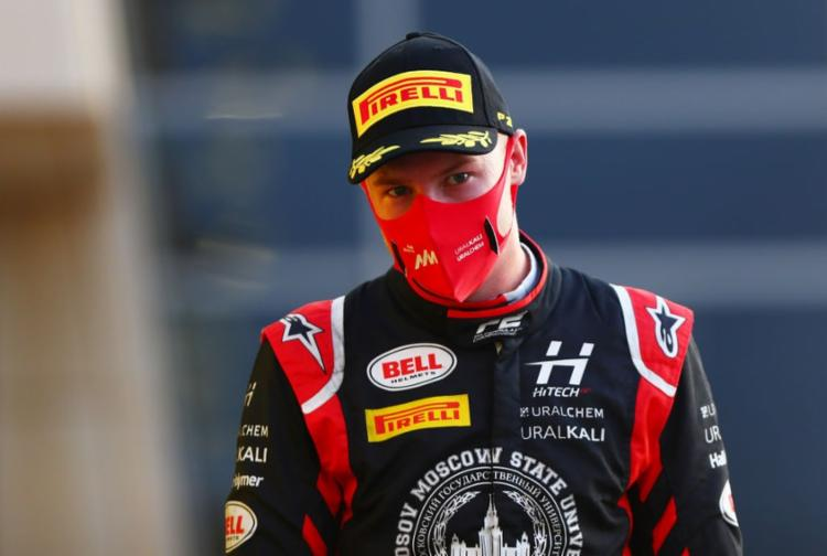 O piloto de 21 anos foi filmado tentando tocar os seios de uma jovem que parece não dar seu consentimento   Foto: Dan Stitene   Fórmula 1 - Foto: Dan Stitene   Fórmula 1