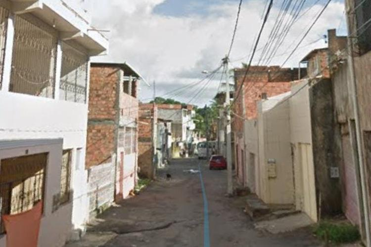 Crime aconteceu na rua Irênio Souza, na Sussuarana Velha   Foto: Reprodução   Google Street View - Foto: Reprodução   Google Street View