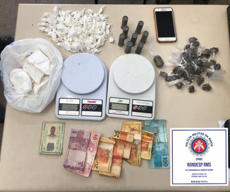 Grande quantidade de drogas e uma pistola foram apreendidas com os suspeitos; Entre eles, um utiliza tornozeleira eletrônica - Foto: Divulgação SSP