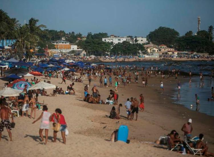 Mesmo com pandemia, domingos têm sido de aglomerações na orla de Salvador | Foto: Raphael Muller | Ag. A TARDE - Foto: Raphael Muller | Ag. A TARDE