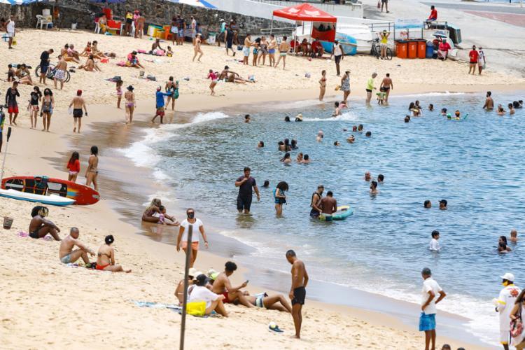 Praia do Porto da Barra, em Salvador, foi disputada por banhistas em manhã de sol forte, no último sábado | Foto: Rafael Martins | Ag. A TARDE | 26.12.2020 - Foto: Rafael Martins | Ag. A TARDE | 26.12.2020