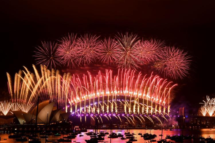 Céu iluminado na Baía de Sidney, maior cidade da Austrália - Foto: SAEED KHAN / AFP