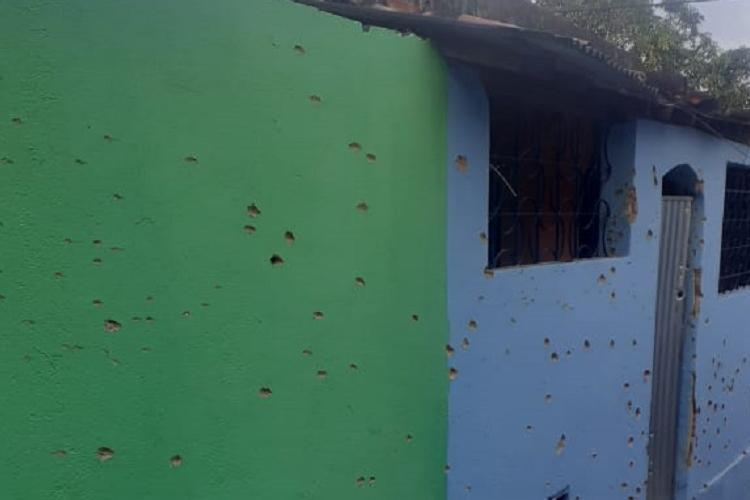 Saldo do tiroteio ficou marcado na fachada das casas | Foto: Cidadão Repórter | WhatsApp - Foto: Cidadão Repórter | WhatsApp
