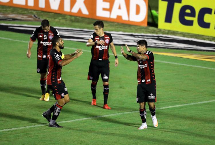 O atacante Léo Ceará (à dir.) marcou o único gol da partida no Barradão | Foto: Adilton Venegeroles | Ag. A TARDE - Foto: Adilton Venegeroles | Ag. A TARDE