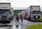 Caminhoneiros ficam à deriva no pátio da Ford após fechamento da fábrica | Foto: Foto: Shirley Stolze | Ag. A TARDE