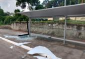 Homem é flagrado destruindo ponto de ônibus | Divulgação