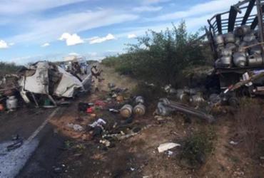 Dois homens morrem após acidente envolvendo caminhões no interior da Bahia