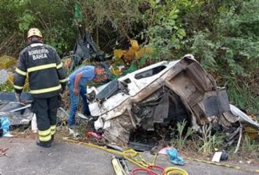 Duas pessoas morrem em acidente envolvendo caminhões na BR-101; carga foi saqueada