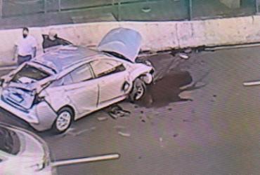 Após colisão, carro atinge estrutura do metrô na Paralela | Reprodução | Record TV Itapoan