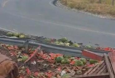 Caminhão de melancias tomba na Serra do Marçal e deixa dois feridos