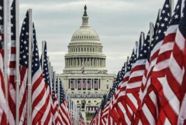 Campo' de 200 mil bandeiras representa público ausente na posse de Biden | AFP
