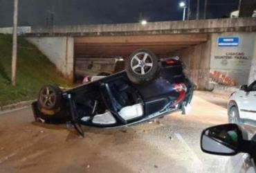 Veículo capota e deixa trânsito lento na avenida Tancredo Neves | Reprodução | Redes Sociais