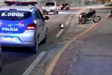 Após perseguição policial, suspeito de assalto é baleado no pescoço