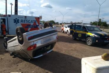 Motorista de aplicativo pula de carro em movimento após assalto em Feira de Santana