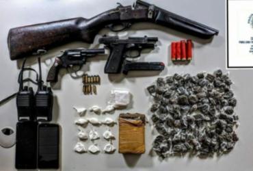 Trio foi encontrado com armas, rádios comunicadores e entorpecentes em Iaçu