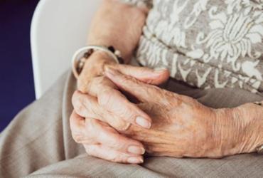 Após contrair Covid-19, idosa aparece viva 10 dias depois do próprio enterro | Divulgação