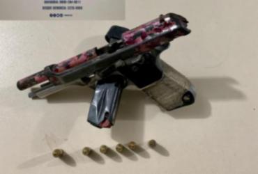 Arma, munições e documentos roubados são apreendidos no Lobato | Divulgação