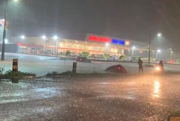 Após forte chuva, carros ficam presos em alagamento no Oeste da Bahia
