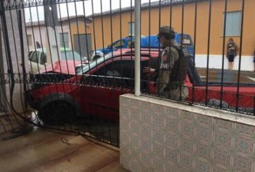 Motorista pisa em falso no acelerador e invade Cartório em Itagibá