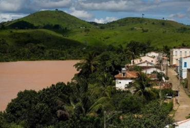 Mulher morre afogada após carro cair em rio na Bahia; adolescente está desaparecida
