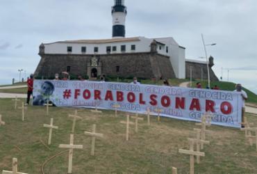 Em ato contra Bolsonaro, manifestantes colocam 220 cruzes no Farol da Barra | Reprodução | Redes Sociais