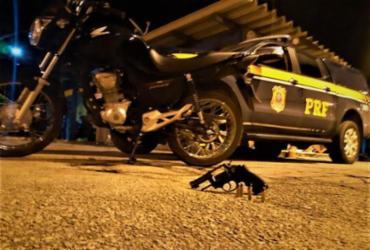 Dupla é detida com moto roubada e revólver municiado em Eunápolis