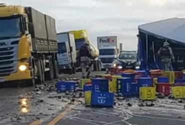 Acidente entre carreta e caminhão deixa dois mortos na BR-101