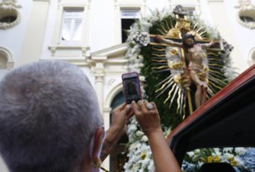 Fiéis acompanham procissão do Senhor do Bonfim em Salvador  