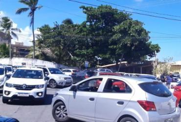 Caos em Buraquinho: trânsito trava por falta de fiscalização | Foto leitor A TARDE