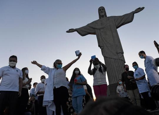 Rio de Janeiro, Santa Catarina e Goiás começam a vacinar população   Mauro Pimentel   AFP