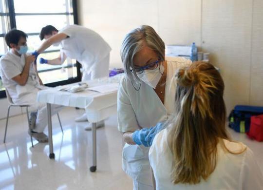 150 vacinadores são convocados para campanha contra a Covid-19 | Josep Lago | AFP