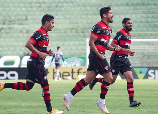Léo Ceará faz dois, Vitória bate o Guarani e sai da zona de rebaixamento | Letícia Martins | EC Vitória