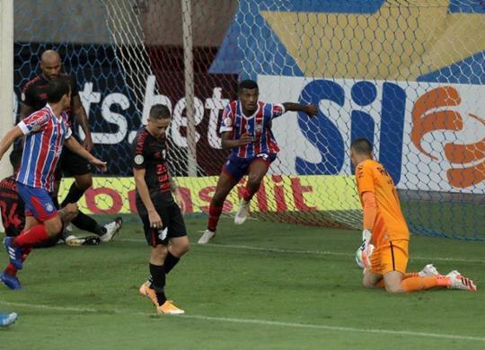 Bahia supera o Atheltico-PR, volta a ganhar na Série A e deixa a zona da degola | Uendel Galter | Ag. A TARDE