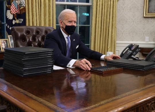 Biden assina decretos, incluindo de retorno dos EUA ao Acordo de Paris e à OMS | Chip Somodevilla | AFP