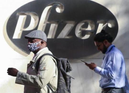 Vilas-Boas ataca Pfizer por 'recusa' em vender doses para a Bahia; Rui atribui culpa ao governo federal | Kena Betancur | AFP