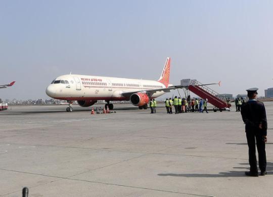 Avião vindo da Índia com vacinas de Oxford chega ao Brasil | Prakash Mathema | AFP