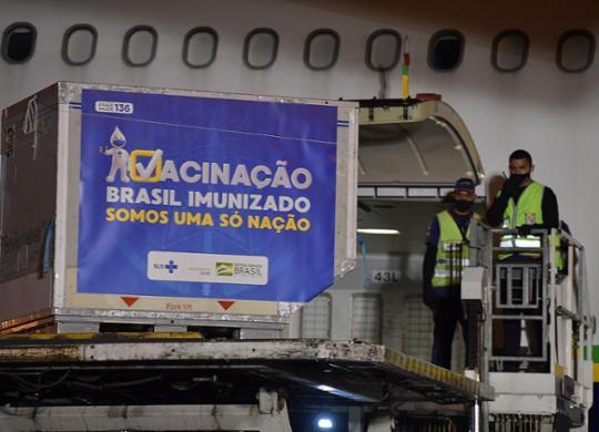 Com expectativa por 160 mil doses, Bahia se prepara para receber vacina de Oxford | Nelson Almeida | AFP