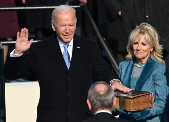 Joe Biden toma posse como presidente dos Estados Unidos com apelo à 'unidade' | Saul Loeb | Pool | AFP