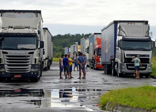 Caminhoneiros ficam à deriva no pátio da Ford após fechamento da fábrica | Foto: Shirley Stolze | Ag. A TARDE