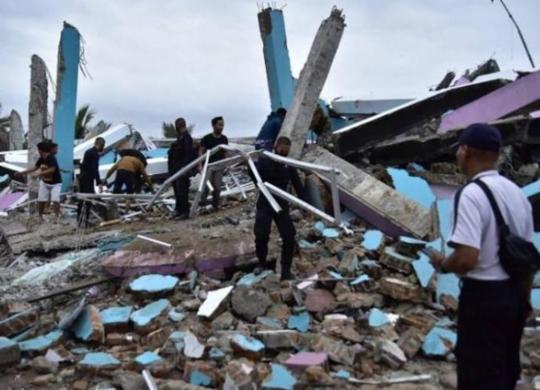 Chuva torrencial dificulta buscas por sobreviventes após terremoto na Indonésia | Mamuju Firdaus | AFP