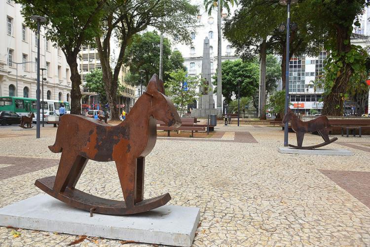 Os cavalinhos de Iêda Oliveira trazem memórias do cenário organizado por fotógrafos nas romarias do interior baiano Foto: Betto Jr.   Divulgação