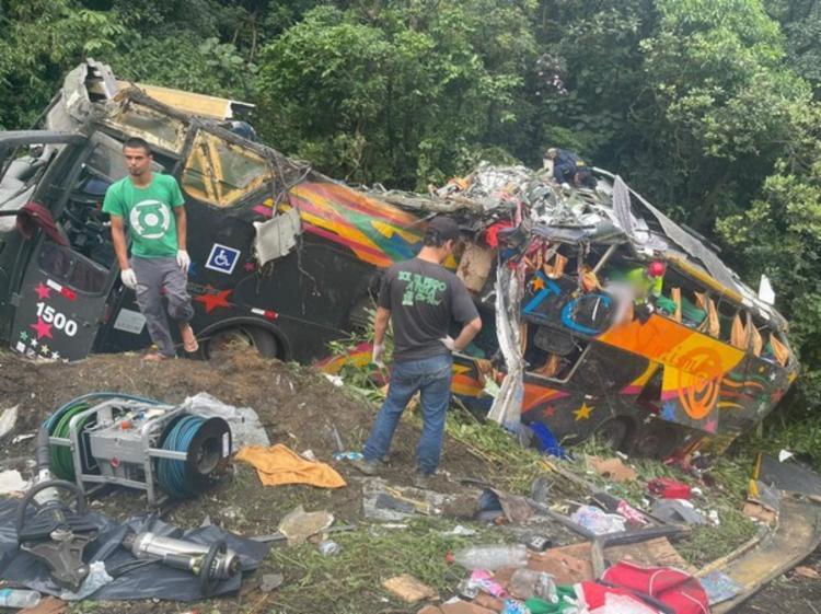 Ônibus ficou completamente destruído | Arquivo pessoal | Juliano Neitzke - Foto: Arquivo pessoal | Juliano Neitzke