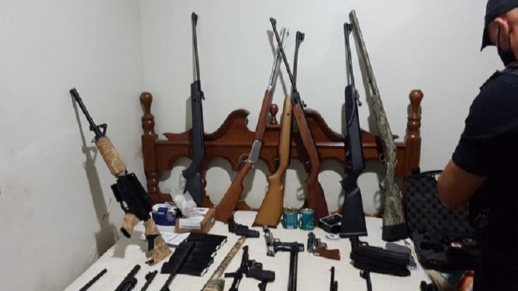 Armas apreendidas durante operação que investiga participação de militares do Exército em fraudes de certificados de armas para caçadores - Foto: PCDF/Divulgação